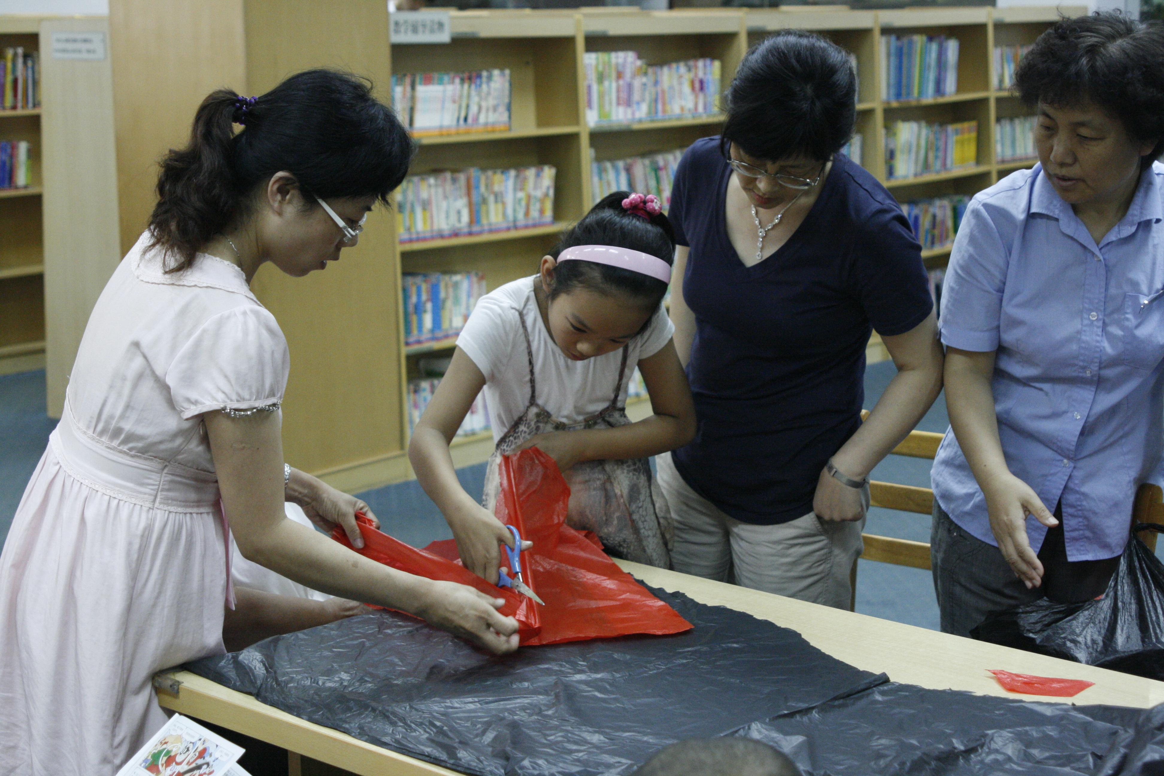 """大连图书馆举办""""废物利用时装秀""""活动"""